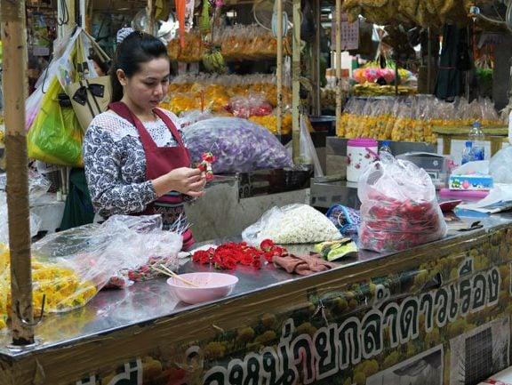 bangkok-flower-market-making-flower-necklace