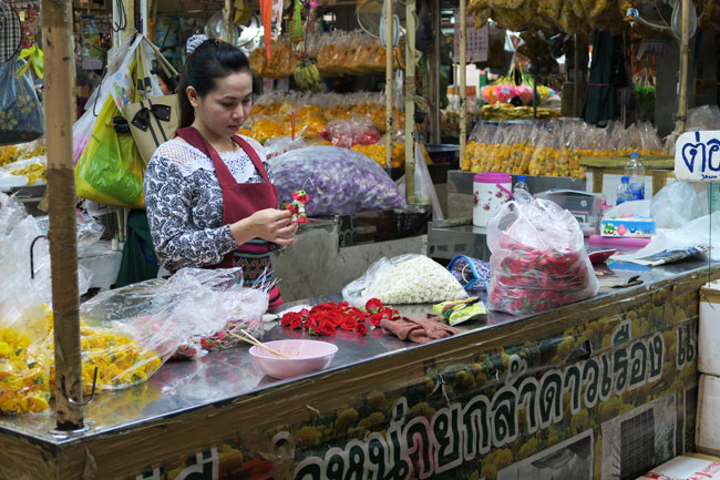 bangkok-flower-market-making-flower-necklace