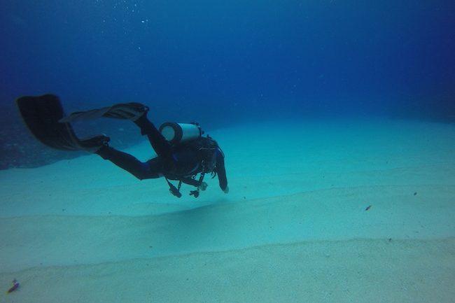 Diving-Rarotonga-cook-islands-white-sand