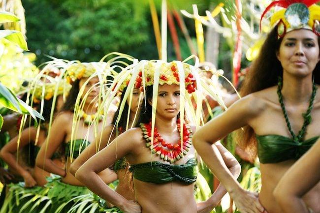 Heiva-Tahiti-Grégoire-Le-Bacon-O-Tahiti-e-women-in-marae