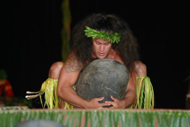 Heiva Tahiti - Tatiana Salmon - stone lifting