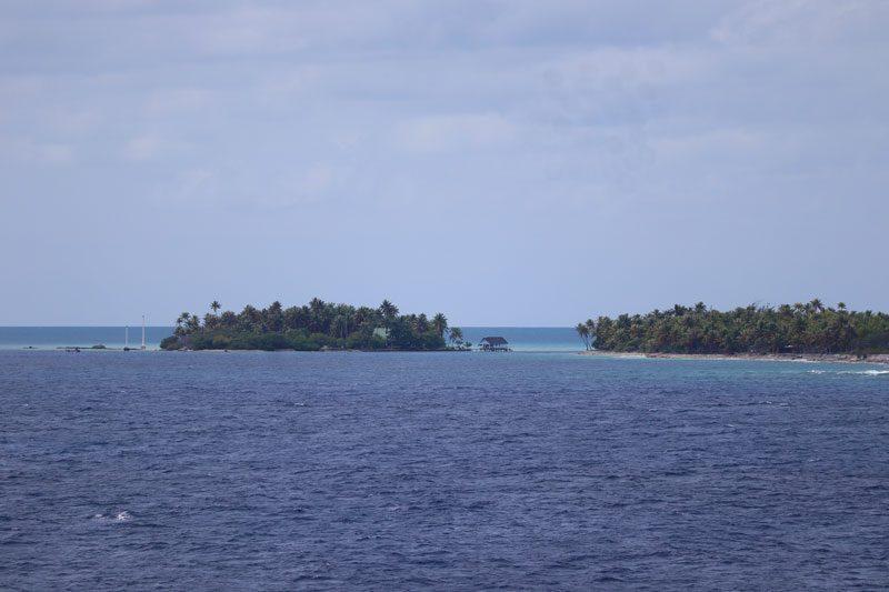 Rangiroa Lagoon pearl far floating - French Polynesia