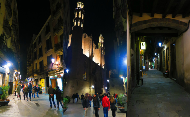 Barcelona-narrow-alleys-by-night