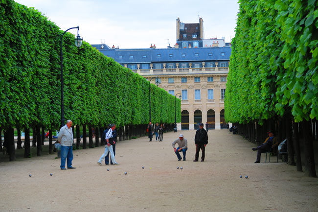 Playing petanque Jardins du Palais Royal Paris