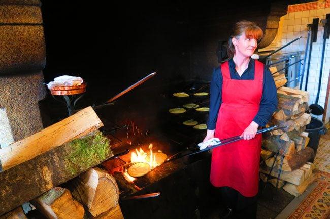 la mere poulard restuarant mont saint michel making omlette
