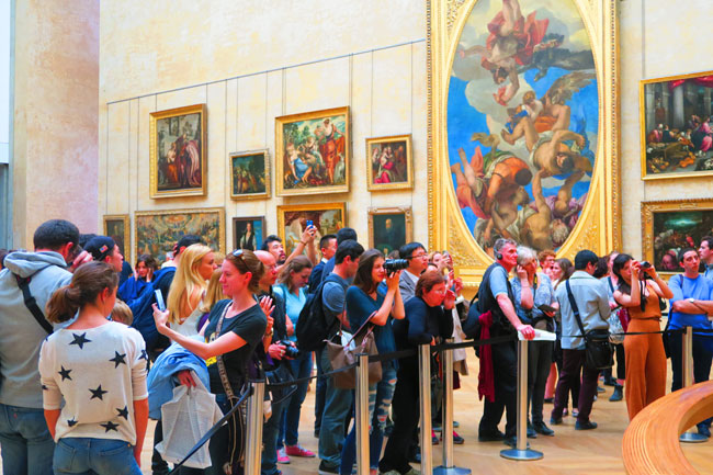 Mona Lisa crowd at Louvre museum paris