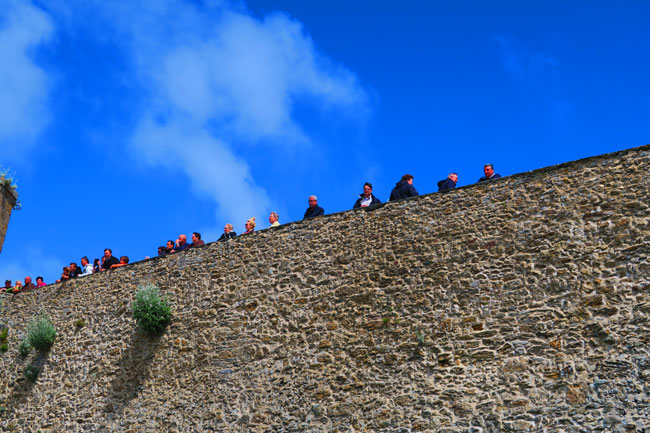 people looking over city wall caint malo