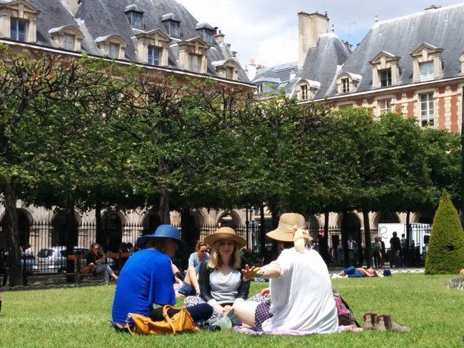 Place de vosges marais picnic girls