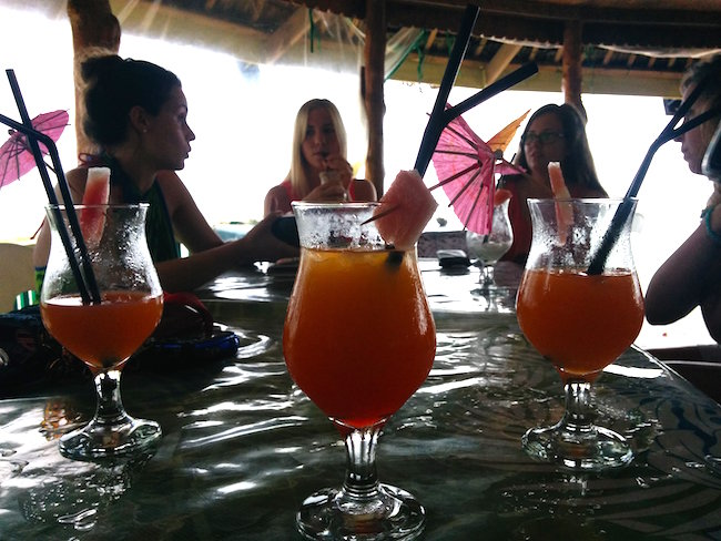 backpacking in samoa - taufua beach fales lalomanu happy hour
