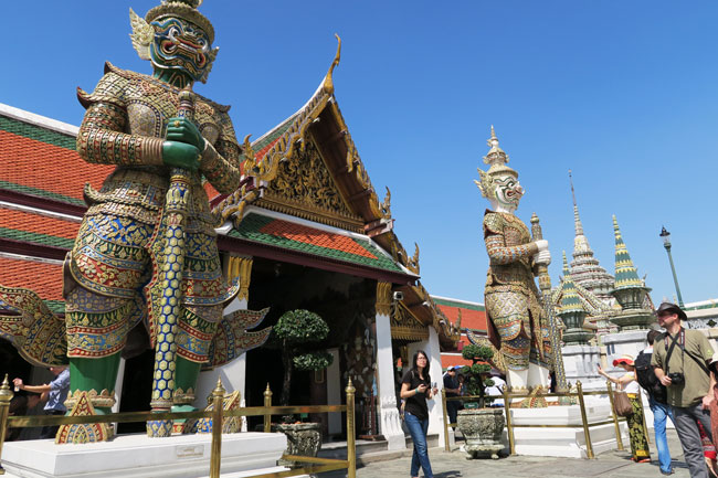 grand-palace-bangkok-wat-phra-kaeo-giant-guardians