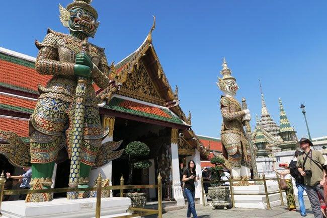 grand-palace-bangkok-wat-phra-kaeo-giant-guardians
