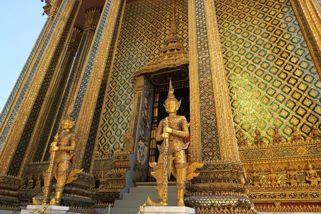 grand-palace-bangkok-wat-phra-kaeo-gold-guardians