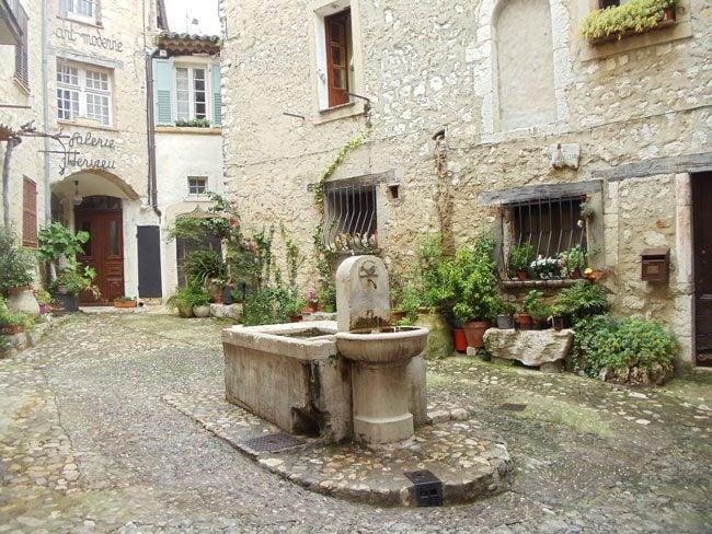 saint-paul-de-vence-fountain-square