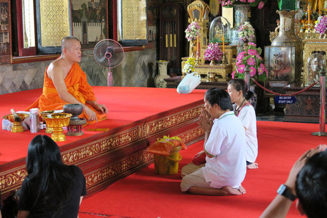 wat-arun-bangkok-temple-monk