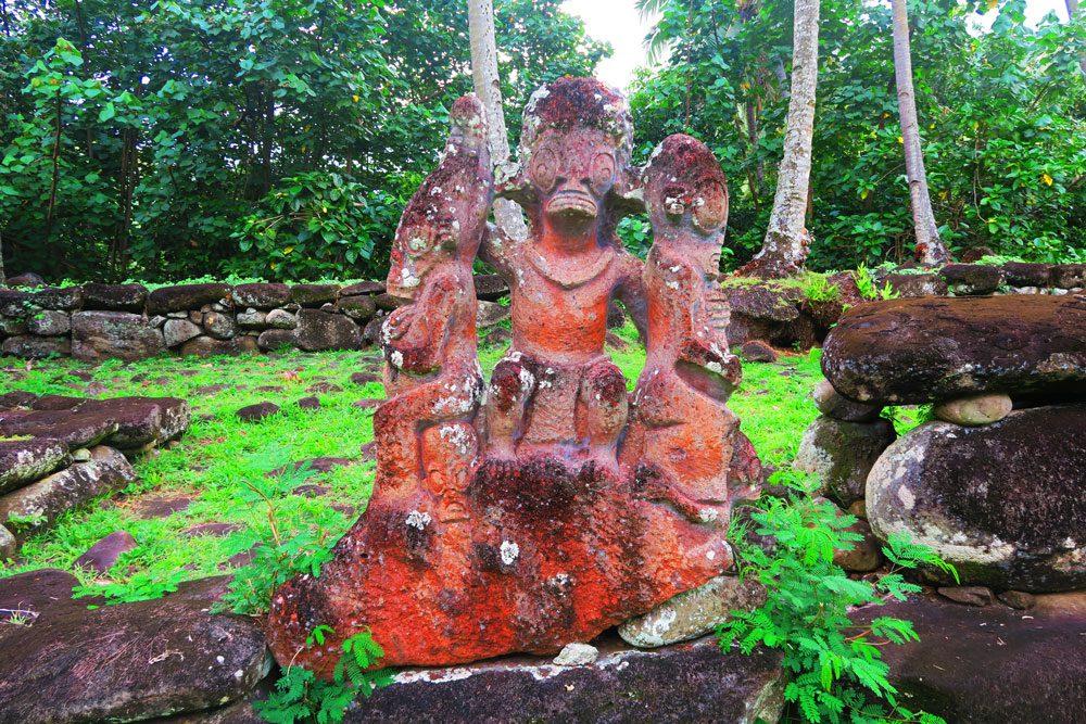 פסלי אבן במקדש פולינזי - איי מרקיז - טהיטי - פולינזיה הצרפתית