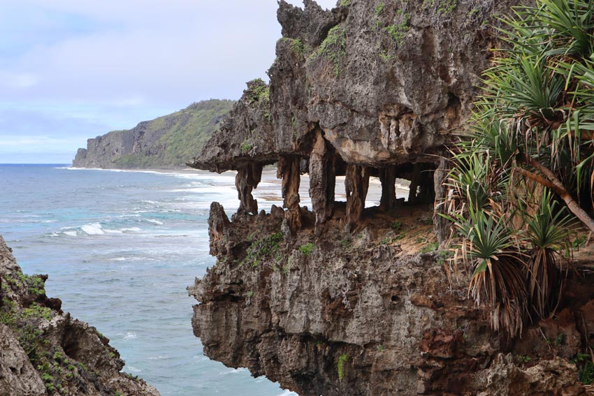the monster cave - rurutu - austral islands - french polynesia